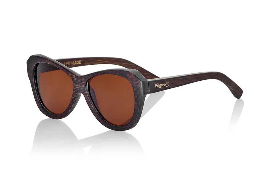 Wood eyewear of Bamboo modelo REVENGE. Revenge sunglasses are made of bamboo wood stained in brown tones that leave visible wood grain. It is oriented to a female pubic suggestive lines with rounded edges standard size will be amazed by its lightness and comfort model. Front Measure: 147x48mm | Root Sunglasses®