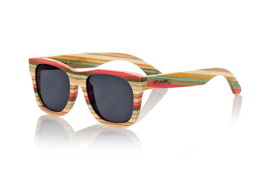 Wood eyewear of Bamboo modelo THAR. Thar sunglasses are made of natural bamboo and colored laminate forming a pattern of colors combined with gray lenses. Front Size: 142x47mm | Root Sunglasses®