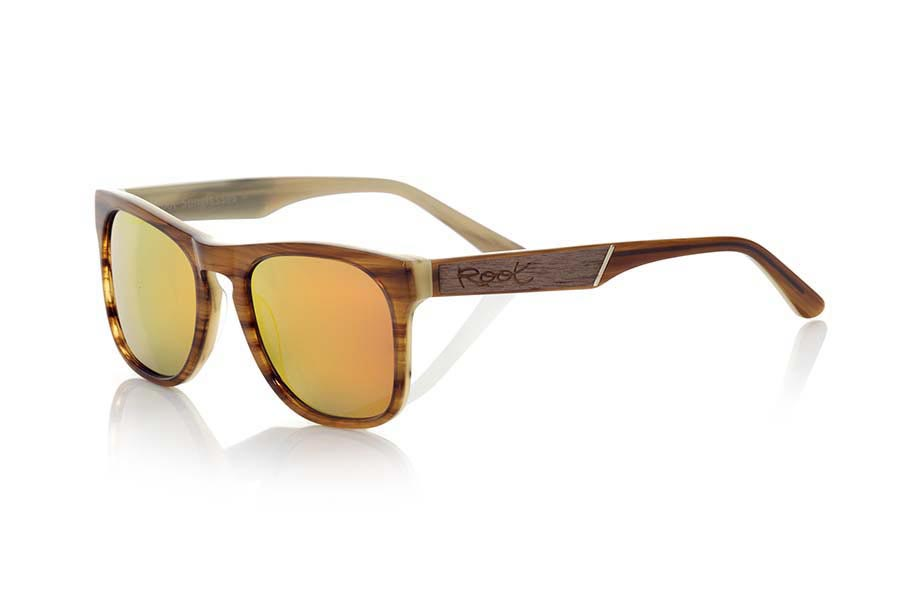 Wood eyewear of  modelo KILAUEA. KILAUEA sunglasses of the MIXED PREMIUM series are manufactured with the front in acetate quality in CAREY BROWN and covered with acetate Carye gray sideburns finished natural black walnut bar that can be adjusted if necessary. The quality of the materials and their perfect completion will surprise you. Front size: 140x50mm | Root Sunglasses®