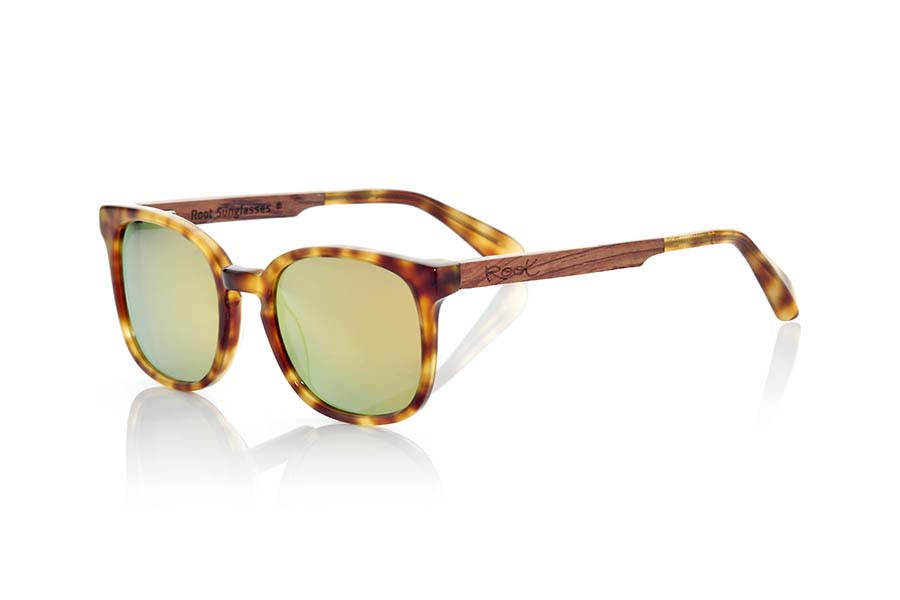 Wood eyewear of Black Walnut modelo ETNA. ETNA sunglasses of the MIXED PREMIUM series, are manufactured with the quality in TORTOISESHELL acetate front panel clear, and sideburns in natural Walnut wood finished in Rod covered in black acetate that can be adjusted if necessary. It is more rounded variation of a classic mount, very popular style to the wayfarer combined series with Brown lenses or orange REVO. The quality of the materials and their perfect completion will surprise you. Front size: 140x47mm | Root Sunglasses®