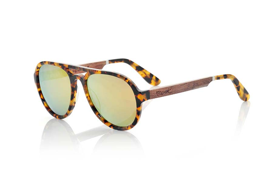 Wood eyewear of Ebony modelo IGUAZU. IGUAZU sunglasses of the MIXED PREMIUM series are manufactured with the front in acetate in tortoiseshell color quality clear and sideburns in natural ebony wood finished in Rod covered with acetate carey with metal joint allowing to be adjusted if necessary. Dealt a version in paste the popular series with Brown lenses combined Aviator or orange REVO. The quality of the materials and their perfect completion will surprise you. Front size: 140x55mm | Root Sunglasses®
