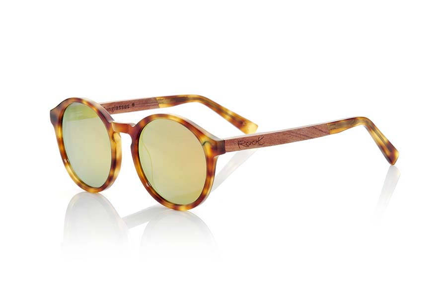 Wood eyewear of Rosewood modelo AKTUA. AKTUA sunglasses of the MIXED PREMIUM series are manufactured with the quality colour tortoiseshell acetate front panel clear and sideburns in natural ROSEWOOD finished in Rod covered with acetate hawksbill that can be adjusted if necessary. It's a rounded suggestive shapes model that are perfectly to people of both sexes and have been combined in series with Brown lenses or orange REVO. The quality of the materials and their perfect completion will surprise you. Front size: 140x51mm | Root Sunglasses®