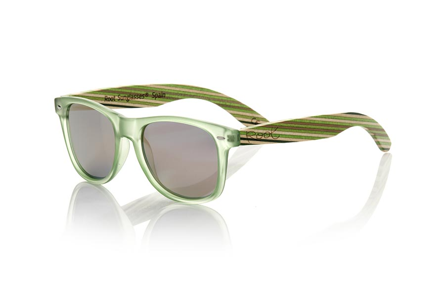 Wood eyewear of Bambú modelo SKA GREEN. The Ska green sunglasses are made with the Matt Transparent green PC front and the colour-laminated bamboo wood sideburns with a green pattern, combined with various colors of lenses that suit your style. Frontal measurement: 148x50mm | Root Sunglasses®