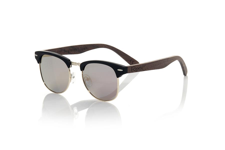 Wood eyewear of Walnut modelo LOMA. LOMA sunglasses are made with the front in PC black matte combined with golden metal and the sideburns in natural walnut wood, combined with various colors of lenses adapt to your style. Frontal measurement: 140x45mm | Root Sunglasses®
