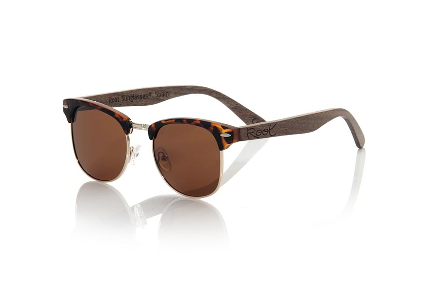 Wood eyewear of Walnut modelo PANA. PANA sunglasses are made with the front in PC Matt CAREY combined with golden metal and the sideburns in natural walnut wood, combined with various colors of lenses are adapted to your style. Frontal measurement: 140x45mm | Root Sunglasses®