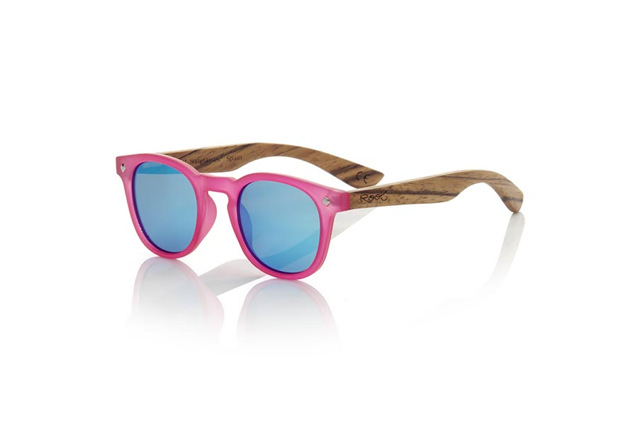 Wood eyewear of Zebrano modelo KID R PINK. The Kid R Pink Children's sunglasses are made with the pink PC frame and natural zebra wood sideburns available in various lens combinations that suit the tastes of children and their daddies. Frontal measurement: 125x41mm | Root Sunglasses®