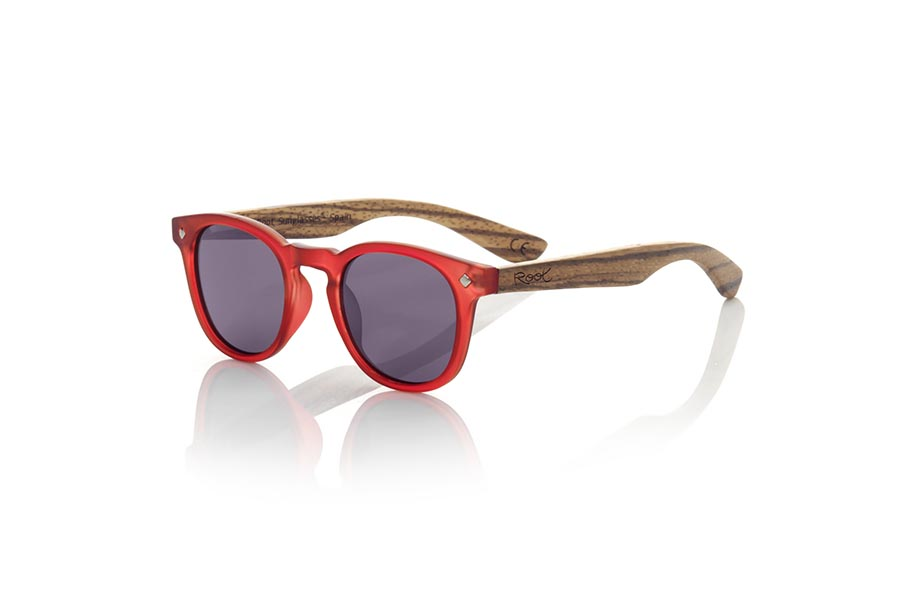 Wood eyewear of Zebrano modelo KID R RED. The Kid R Red Children's sunglasses are made with the Red PC frame and natural zebra wood sideburns available in various lens combinations that suit the tastes of children and their daddies. Frontal measurement: 125x41mm | Root Sunglasses®