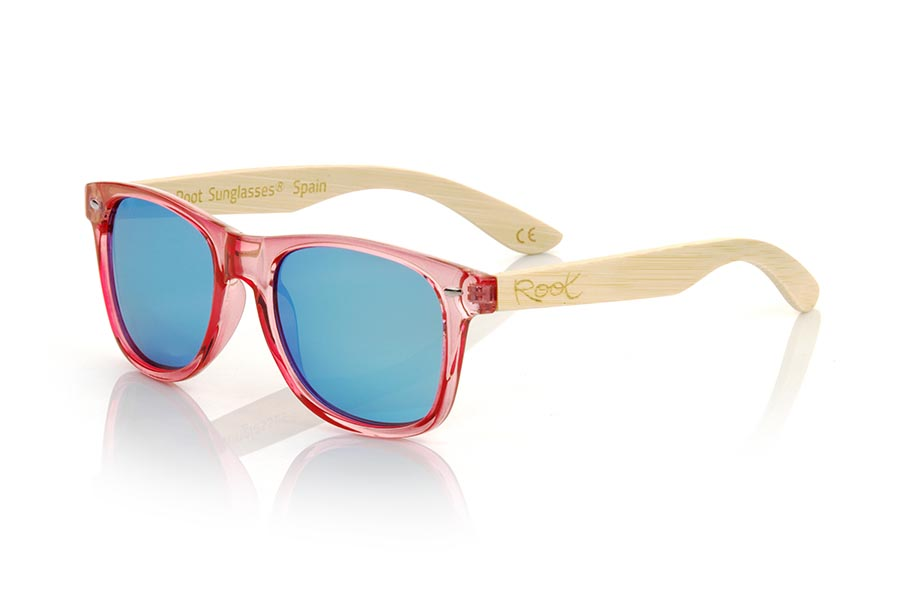 Wood eyewear of Bambú modelo CANDY PINK DS. The Candy PINK sunglasses are made with the front in transparent glossy clear purple synthetic material and natural bamboo wood sideburns combined with four colors of lenses that will allow you to adapt them to your style. Frontal measurement: 148x50mm | Root Sunglasses®