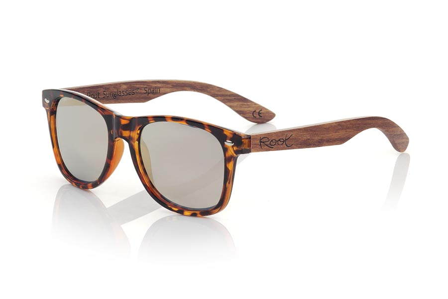 Wood eyewear of rosewood modelo CANDY TIGER DS. The new Candy Tiger DS sunglasses are made with the front of transparent synthetic material carey style and the pins in natural rosewood combined with four lens colors that will adapt perfectly to your taste and your modern style. It is the 2020 upgrade of the popular CANDY TIGER. Front measure: 148x50mm | Root Sunglasses®