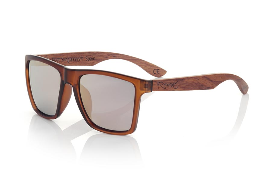 Wood eyewear of rosewood modelo RUN BROWN DS. RUN BROWN DS sunglasses are made with the front of transparent matte synthetic brown material and sideburns in brown rosewood, it is a very male angled square model with a look at the famous okley combined with four colors of lenses that will adapt perfectly to your taste and to your modern style. Front size: 144X51mm | Root Sunglasses®
