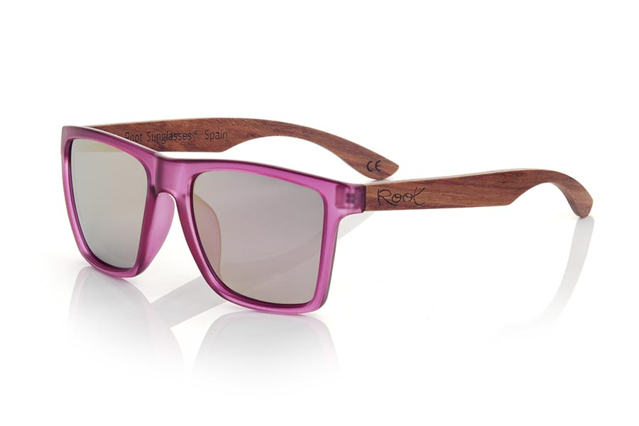 Wood eyewear of rosewood modelo RUN PURPLE DS. The RUN PURPLE DS sunglasses are made with the front of transparent purple matte synthetic material and the temples in rosewood, it is a very masculine angular square model with an air to the famous okley combined with four lens colors that are They will adapt perfectly to your taste and your modern style. Front Measurement: 144X51mm | Root Sunglasses®