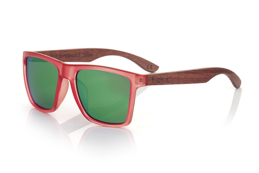 Wood eyewear of rosewood modelo RUN RED DS. The RUN RED DS sunglasses are made with the front of transparent red matte synthetic material and the temples in rosewood, it is a very masculine angular square model with an air to the famous okley combined with four lens colors that are They will adapt perfectly to your taste and your modern style. Front Measurement: 144X51mm | Root Sunglasses®