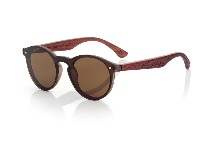 Wood eyewear of Rosewood modelo SUN BROWN. SUN BROWN sunglasses are made with Brown synthetic material front and sideburns in rosewood engraved with an ethnic pattern, it's a female model rounded very current trend lenses cover around the front... Front size: 136X49mm | Root Sunglasses®
