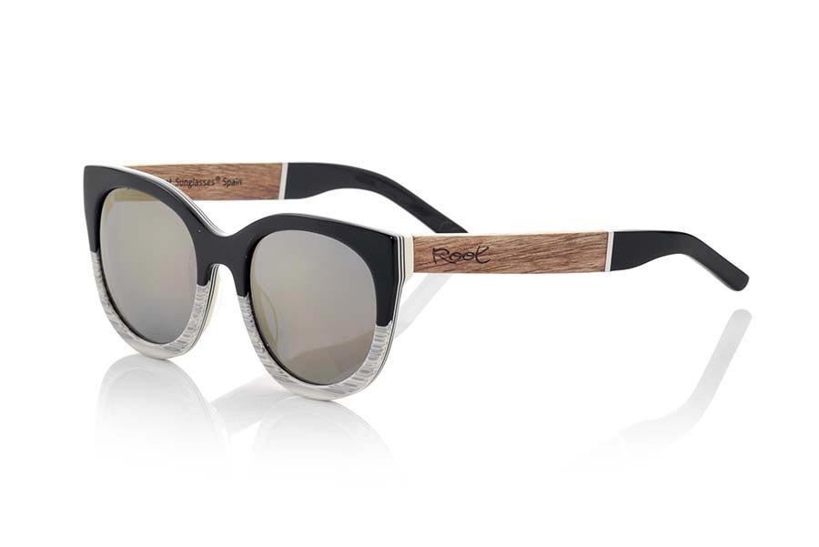 Wood eyewear of Rosewood modelo TIKAL. TIKAL sunglasses of the MIXED PREMIUM series are manufactured with the front in acetate quality in black and white and sideburns in natural ROSEWOOD finished in Rod covered with acetate hawksbill that can be adjusted if necessary. A rounded triangular model of forms is something elegant angulosasmuy remaining him perfectly to them. The quality of the materials and their perfect completion will surprise you. Measure front: 140x53mm | Root Sunglasses®