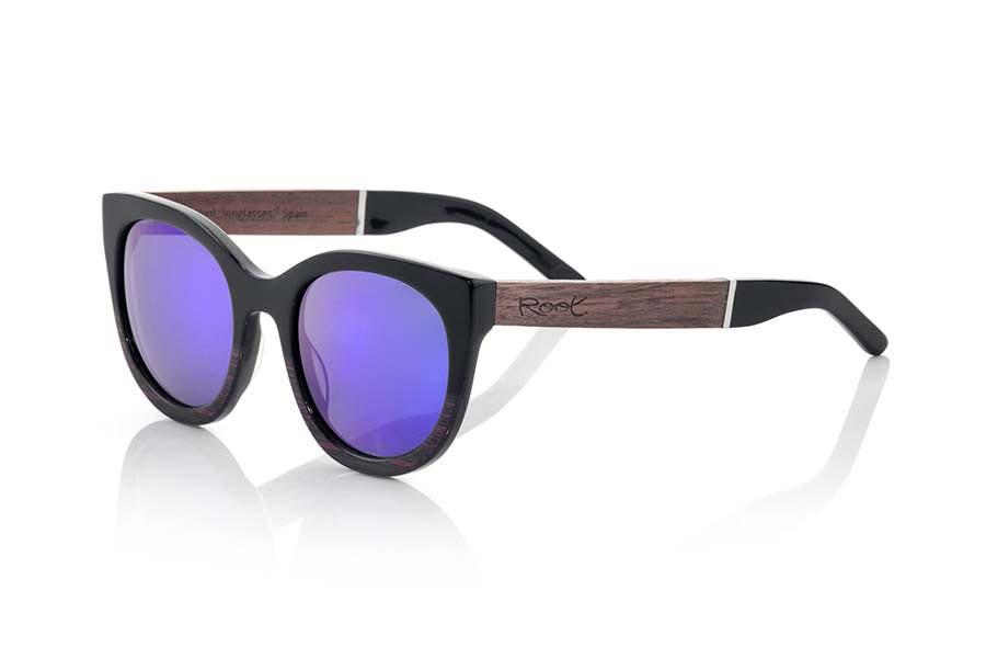 Wood eyewear of Rosewood modelo KRETA. KRETA sunglasses of the MIXED PREMIUM series are manufactured with the front in acetate quality black and brown and sideburns in natural ROSEWOOD finished in Rod covered in black acetate that can be adjusted if necessary. It's a model rounded triangular rather angular forms very elegant sit perfectly to them. The quality of the materials and their perfect completion will surprise you. Front size: 140x53mm | Root Sunglasses®