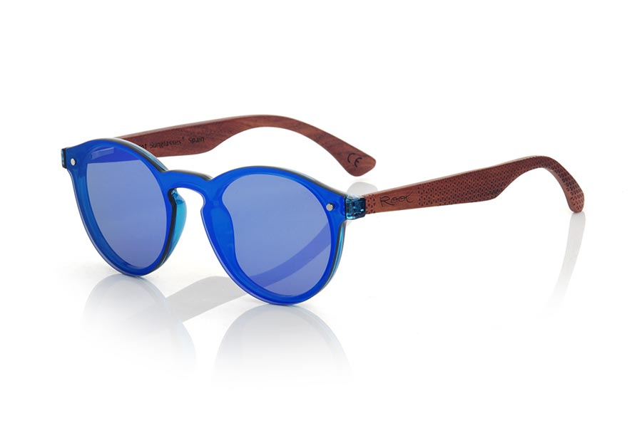 Wood eyewear of ROSEWOOD modelo SUN BLUE. SUN BLUE sunglasses are made with BLUE synthetic material front and sideburns in rosewood engraved with an ethnic pattern, it's a female model rounded very current trend <b>PC not POLARIZED</b>flat lenses cover around the front. Front size: 136X49mm | Root Sunglasses®
