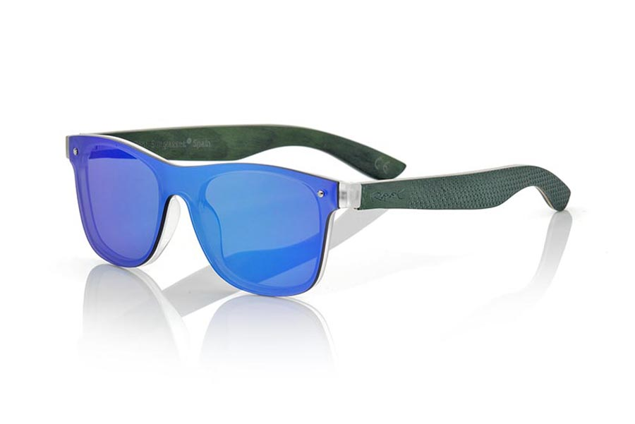 Wood eyewear of Skateboard modelo SKY GREEN. The SKY GREEN sunglasses are made with the front of transparent synthetic material and the laminated maple skateboard wood sideburns engraved with an ethnic pattern, it is a latest trend model, flat lenses <b> non-polarized PC </b> They cover the whole front. Frontal measurement: 152X48mm | Root Sunglasses®