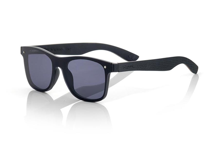 Wood eyewear of Skateboard modelo SKY GREY. The SKY GREY sunglasses are made with the front of black synthetic material and the laminated maple skateboard wood sideburns engraved with an ethnic pattern, it is a latest trend model, flat lenses <b> non-polarized PC </b> They cover the whole front. Frontal measurement: 152X48mm | Root Sunglasses®