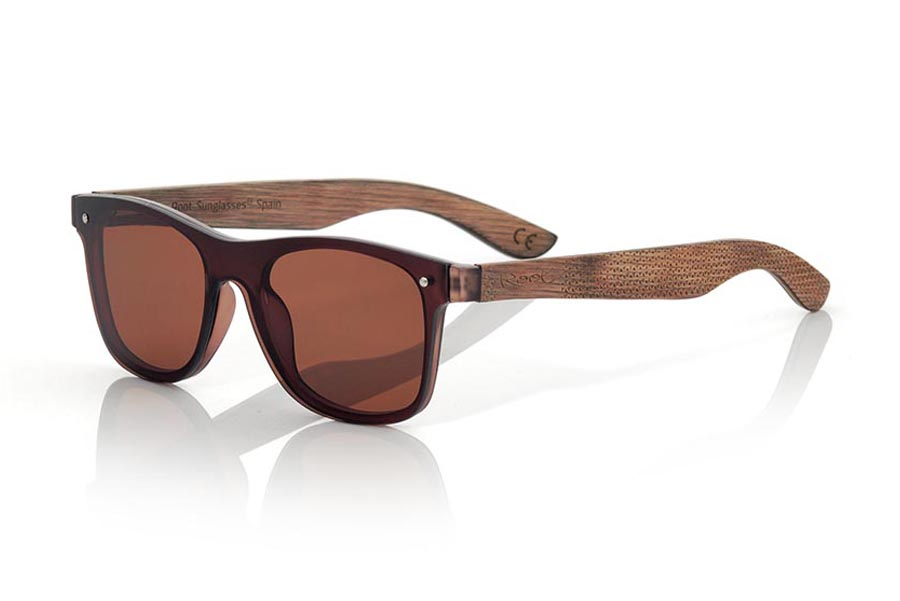 Wood eyewear of  modelo SKY BROWN. The SKY BROWN sunglasses are made with the front of BROWN synthetic material and the laminated maple skateboard wood sideburns engraved with an ethnic pattern, it is a latest trend model, flat lenses <b> non-polarized PC </b> They cover the whole front. Frontal measurement: 152X48mm | Root Sunglasses®