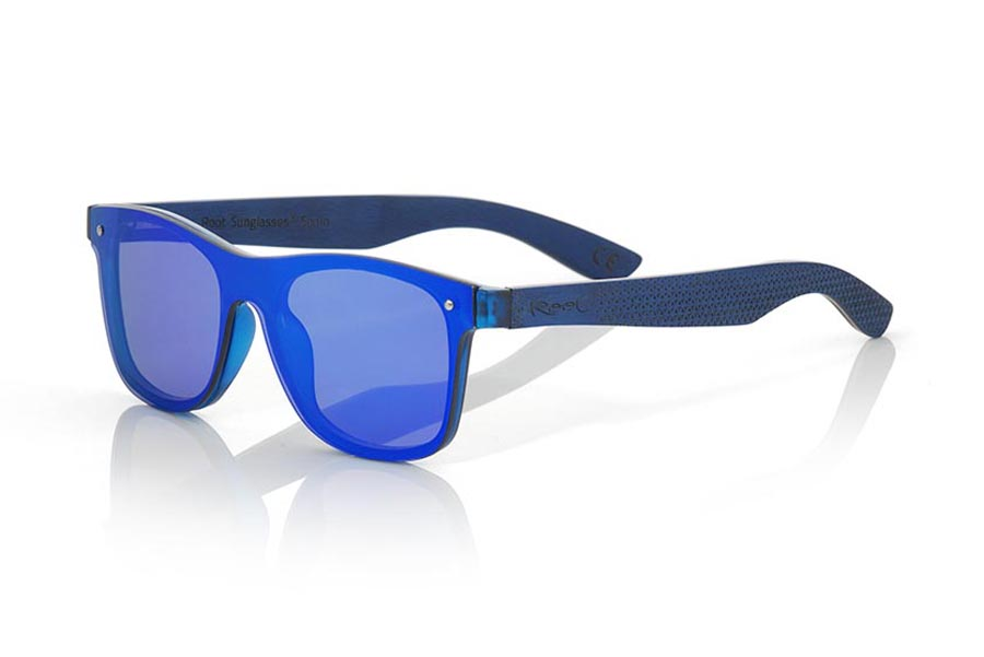 Wood eyewear of Skateboard modelo SKY BLUE. The SKY BLUE sunglasses are made with the front of blue transparent synthetic material and the laminated maple skateboard wood sideburns engraved with an ethnic pattern, it is a latest trend model, flat lenses <b> non-polarized PC </b> They cover the whole front. Frontal measurement: 152X48mm | Root Sunglasses®