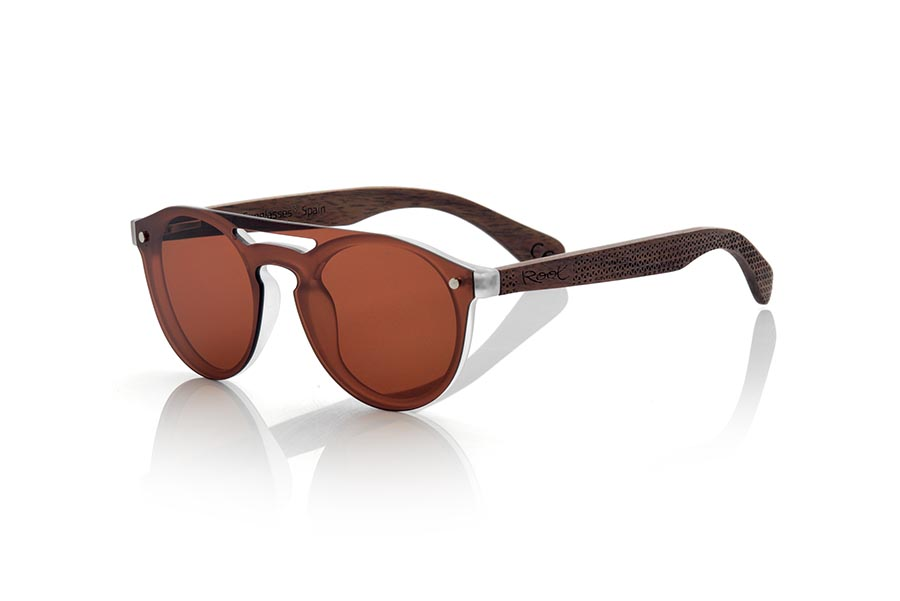 Wood eyewear of Bamboo modelo SAMBA BROWN. The SAMBA BROWN sunglasses are made with the frontal of translucent synthetic material and the sideburns in ROSEWOOD wood engraved with an ethnic pattern, this is a very rounded female model of current trend the flat lenses <b> non-polarized PC </b> Cover the whole frontal.. Frontal measurement: 137X49mm | Root Sunglasses®