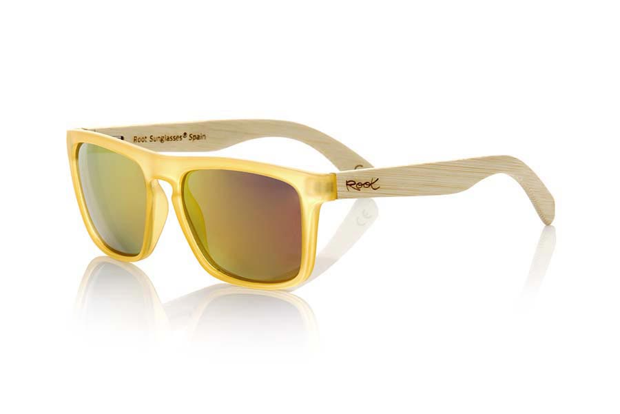 Wood eyewear of Bamboo modelo WAVE YELLOW. WAVE YELLOW sunglasses are made of transparent matte yellow plastic front and sideburns in bamboo, it's a very male angled square model with a look at the famous okley combined with four colors of lenses that will adapt perfectly to your taste and to your modern style. Front size: 145X50mm | Root Sunglasses®