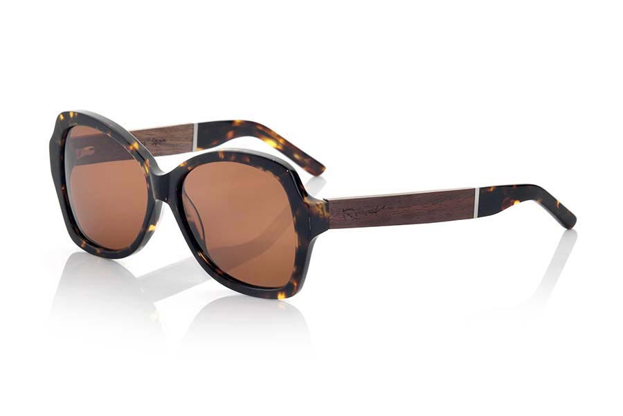 Wood eyewear of Rosewood modelo KENYA MIX. KENYA MIX of MIXED PREMIUM series sunglasses are manufactured with the front in acetate quality in CAREY Brown and sideburns in natural ROSEWOOD finished in Rod covered in black acetate that can be adjusted if necessary. It is of a model very elegant that you sit perfectly to them. The quality of the materials and their perfect completion will surprise you. Front size: 146x56mm | Root Sunglasses®