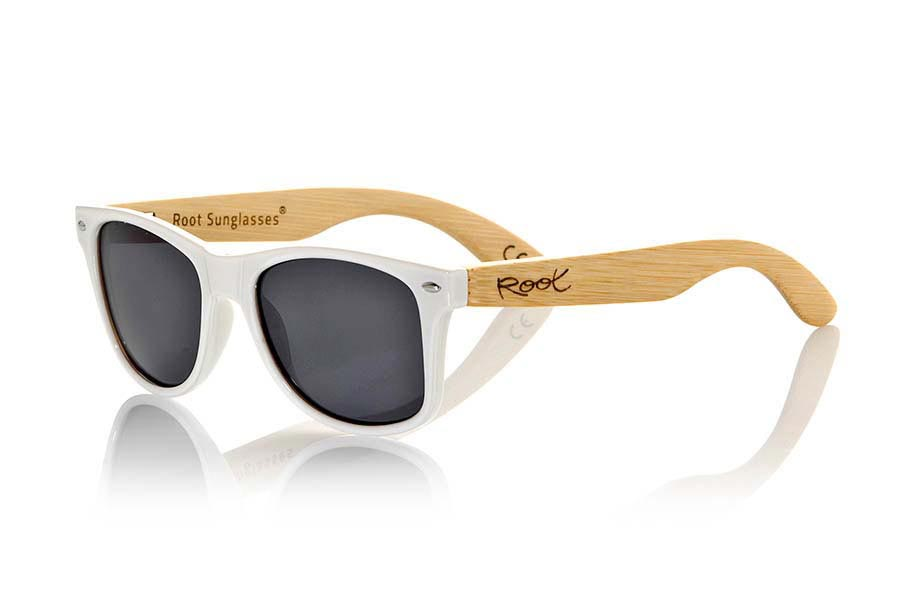 Wood eyewear of Bamboo modelo CANDY WHITE. The Candy White sunglasses are made with transparent sinthetic front in white gloss color and sideburns in natural bamboo combined with four lens colors that will adapt perfectly to your taste and your modern style. Front Measure: 148x50mm | Root Sunglasses®
