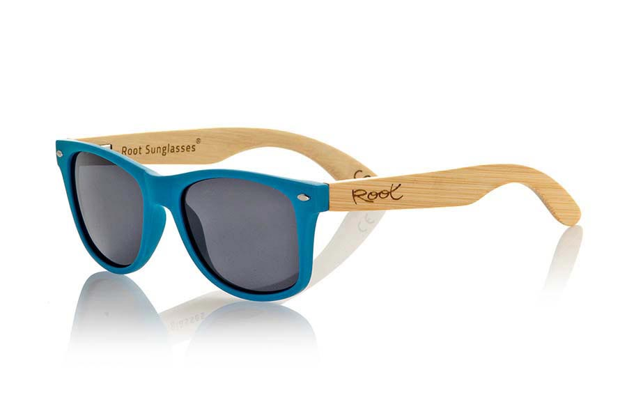 Wood eyewear of Bamboo modelo MATT BLUE. The Matt Blue sunglasses are made with sinthetic front in blue matte color and sideburns in natural bamboo combined with four lens colors that will adapt perfectly to your taste and your modern style. Front Measure: 148x50mm | Root Sunglasses®