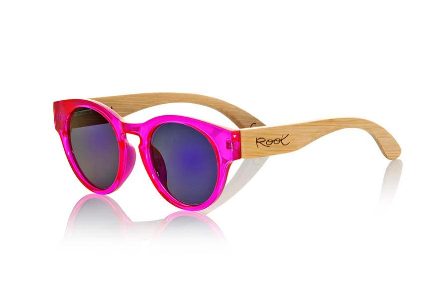 Wood eyewear of Bamboo modelo GUM PINK. Gum Pink sunglasses are made with transparent sinthetic pink color front and sideburns in natural bamboo combined with four lens colors that will adapt perfectly to your taste and your modern style. It is a rounded frame unisex standard size easy to carry. Front Measure: 148x50mm | Root Sunglasses®
