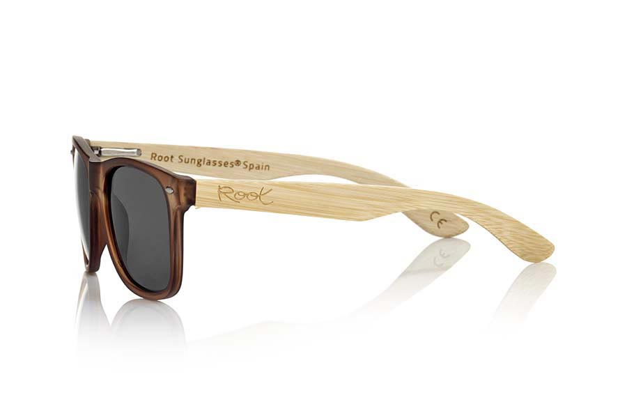Wood eyewear of Bamboo SUN BROWN MX. SUN BROWN MX sunglasses are manufactured with the front matte transparent Brown plastic and natural bamboo wood pins combined with four colors of lenses that allow you to adapt to your style. Front size: 145x48mm  |  Root Sunglasses®