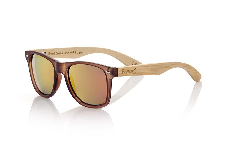 Wood eyewear of Bamboo modelo SUN BROWN MX. SUN BROWN MX sunglasses are manufactured with the front matte transparent Brown plastic and natural bamboo wood pins combined with four colors of lenses that allow you to adapt to your style. Front size: 145x48mm | Root Sunglasses®