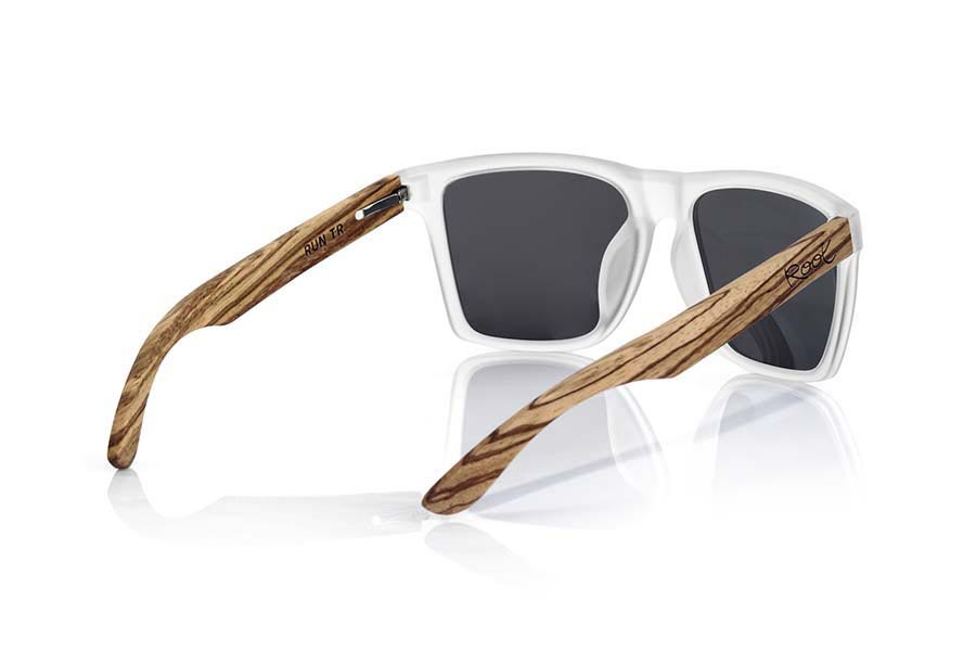 Wood eyewear of Zebra RUN TR. RUN TR sunglasses are made of transparent matte plastic front and ZEBRA wood pins, it's a very male angled square model with a look at the famous okley combined with four colors of lenses that will adapt perfectly to your taste and to your modern style. Front size: 144X51mm  |  Root Sunglasses®