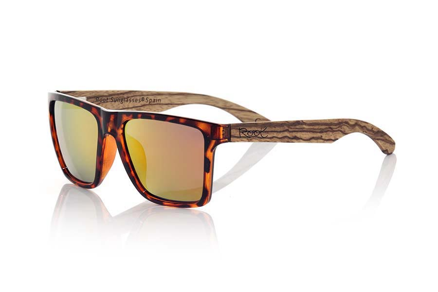 Wood eyewear of Zebra modelo RUN CAREY. RUN TORTOISESHELL sunglasses are made with the front plastic transparent CAREY and sideburns in ZEBRANO wood, it is a very male angled square model with a look at the famous okley combined with four colors of lenses that will adapt perfectly to your taste and to your modern style. Front size: 144X51mm | Root Sunglasses®