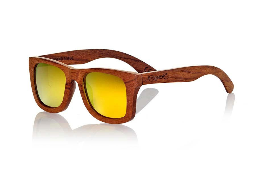 Wood eyewear of Bubinga modelo UYUNI. Uyuni sunglasses are made of natural wood Bubinga also called African rosewood. Wood is a striking and exotic red and have been combined with yellow REVO lenses in a classic frame that sits well to all kinds of people. You'll be amazed at the striking color and grain of the wood. Dimensions: 145x50mm | Root Sunglasses®