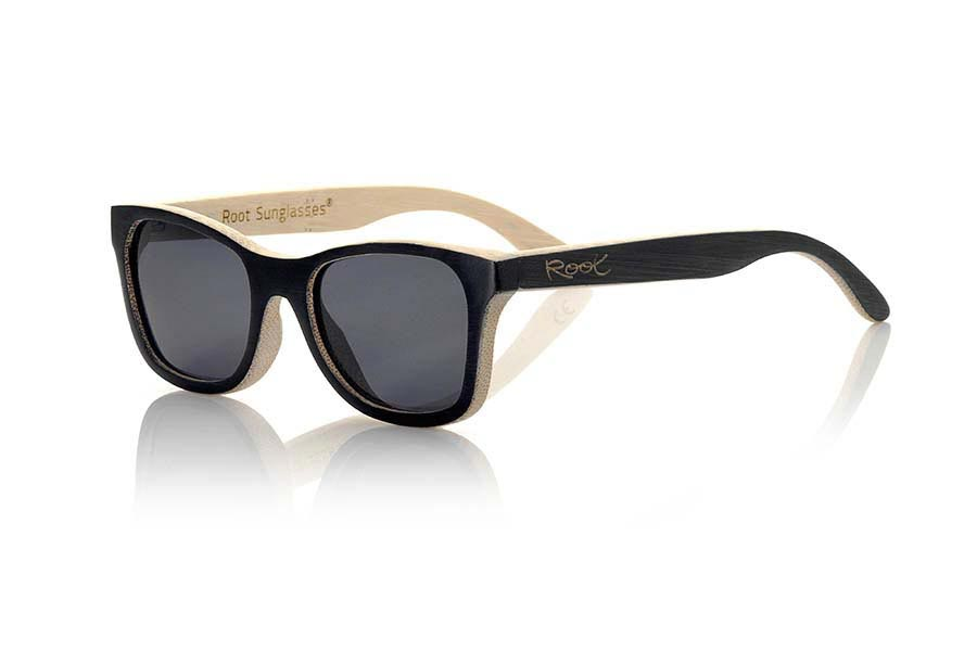Wood eyewear of Bamboo modelo SOUL II. Sunglasses natural wood Root SOUL II are made of wood bamboo front of the mount and the pins in solid black and the inside of frame and pin color bamboo with an unfinished and imperfect touch combined with gray lenses . The Root Soul is a suitable for not too broad faces perfectly fit both men and women. measures 139x45mm | Root Sunglasses®