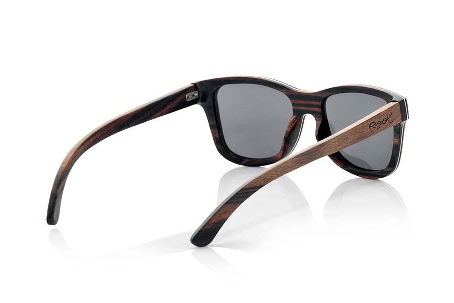 Wood eyewear of Ebony DANAKIL. Danakil sunglasses are made in solid ebony wood with a thin sheet of aluminum foil sandwiched between the mount what gives this model, along with an attractive metallic tap the side that combined with this beautiful wood gives a plus of elegance , an extra resistance and allows a finer frame being approximately 4.5mm in thickness. The Danakil are somewhat oversized model looks great in wider or round face. You'll be amazed the beauty of wood elegant touch metal on the sides and fine mount. DANAKIL sunglasses include a practical folding case that keeps your glasses safe when they are  inside and takes up very little space when folded. Front Measure: 147x50mm  |  Root Sunglasses®