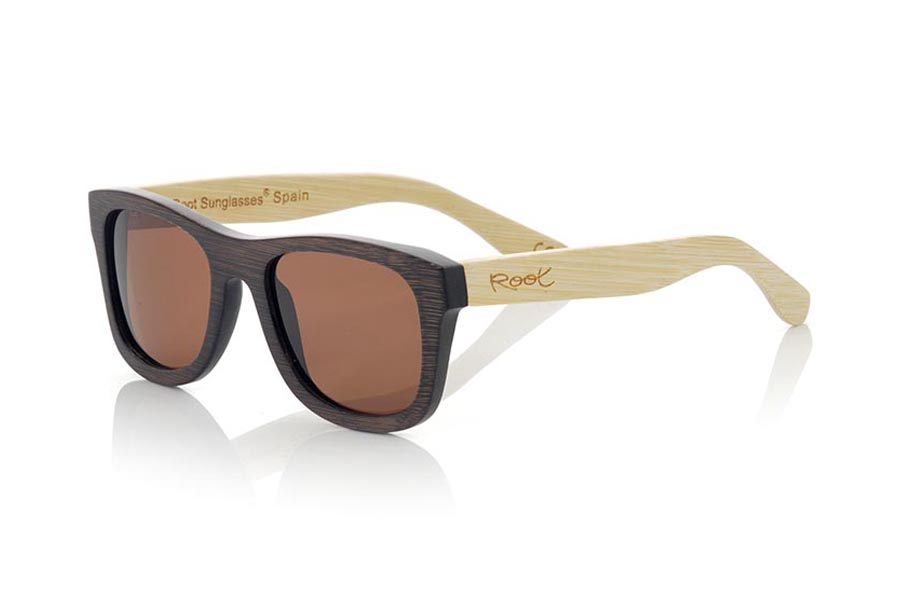 Wood eyewear of Bamboo modelo WOODHEART. The Woodheart sunglasses  are made of bamboo wood, with the front dyed  in brown tones and sideburns in natural bamboo color  where the wood grain is always present it is a classical frame standard size that feels good to both boys and girls.  Front measssure 147x50mm | Root Sunglasses®