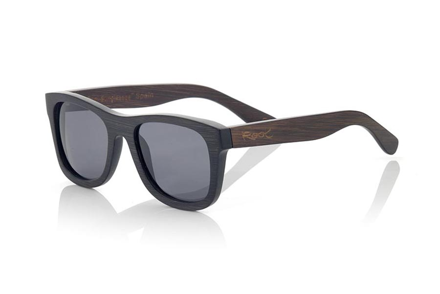 Wood eyewear of Bamboo modelo GENESIS S. Genesis Wood Sunglasses are made in two-tone tinted bamboo with black front and dark brown sideburns.  is a classic frame with a small size for people who feel better glasses  Small, they are elegant and discreet, however they will not be able to stop looking at you. frontal measurement:  136x44mm | Root Sunglasses®