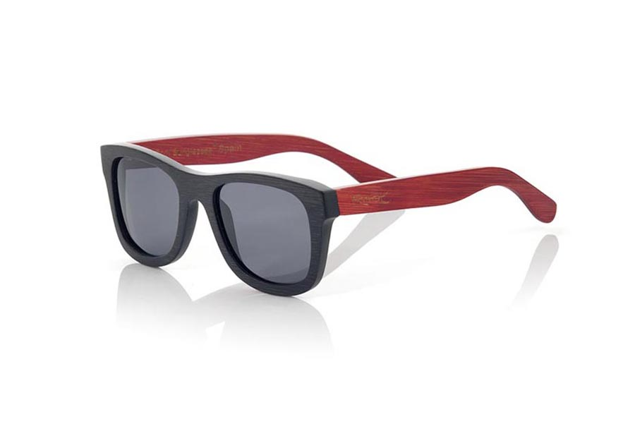 Wood eyewear of Bamboo modelo RUNA S. RUNA S sunglasses are made of bamboo wood combining the front in natural bamboo with a black tinted with natural bamboo sideburns with a RED tint, is a classic mount with a small size for people who feel better glasses  Small. The RUNA S are a bet in blue that keeps your eyes clean.  Frontal measurement: 136x44 | Root Sunglasses®