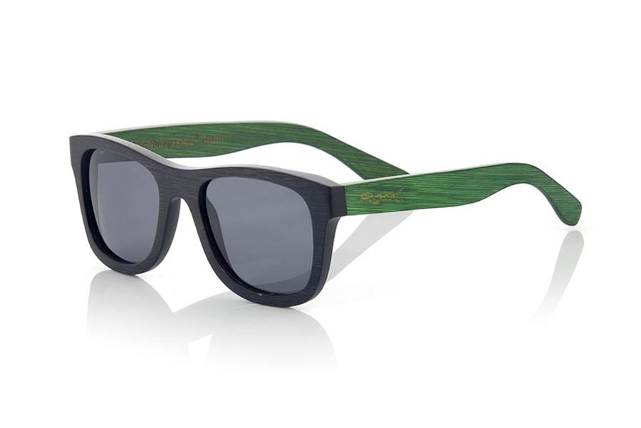 Wood eyewear of Bamboo modelo EYRE. EYRE sunglasses are made of bamboo wood combining the frontal in natural bamboo with a black tinted with natural bamboo sideburns with a GREEN tint, is a classic mount of a size that adapts well to all types of faces of both men and women . The EYRE is a bet in blue that keeps your eyes clean.  Frontal measurement: 146x50 | Root Sunglasses®