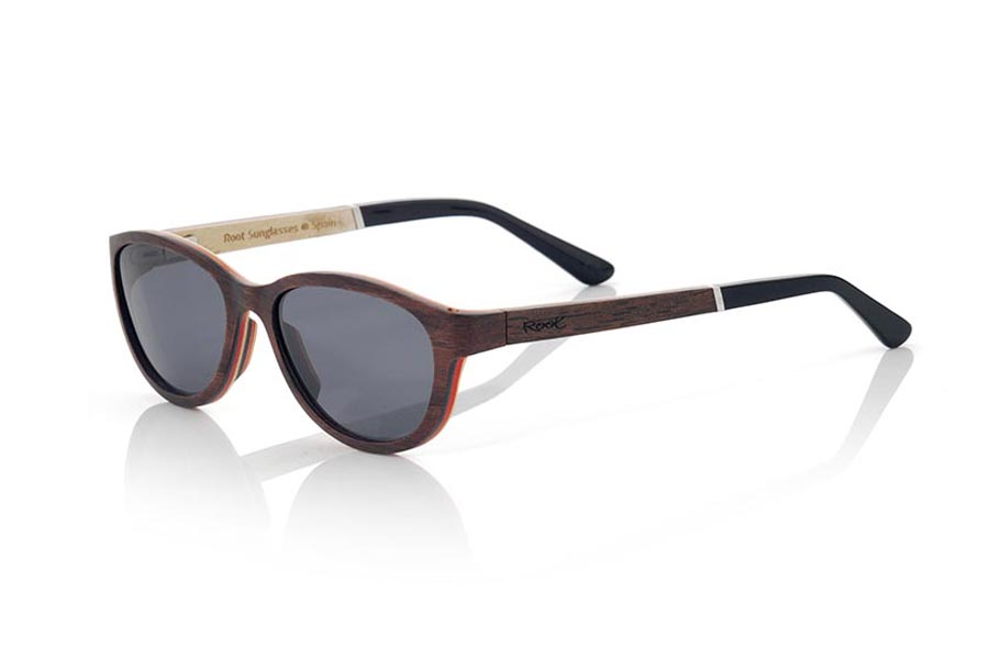 Wood eyewear of Ebony modelo MICONOS. The Mykonos sunglasses are made of ebony and maple wood, it is a round and elongated model of modern line where the hinge of the sideburns is presented in advance in the same and the laminated wood forms an angle of 90 º You will be surprised the combination of woods its babysitting ADA termination, its shape and variety of lenses available. Frontal measurement: 138x43mm | Root Sunglasses®