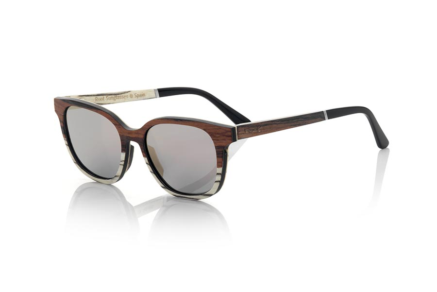 Wood eyewear of Mahogany modelo SAMUY. SAMUY sunglasses are made from a combination of mahogany and white Zebra wood. The front of this soft-line glass is made by combining mahogany-laminated wood at the top and white zebra wood in the lower area.  The sideburns are fine made with the exterior in mahogany wood and white zebra inside. You will be surprised by the design and the beauty of the wood. Frontal measurement: 140x47mm | Root Sunglasses®